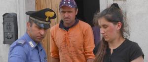 Bimba violentata e gettata in piscina, l'autopsia rivela graffi sulla schiena
