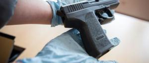 Usa e armi facili, un bambino di 4 anni trova una pistola in casa e si uccide