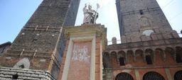"""Bologna, scrivono """"Allah Akbar"""" sulla statua di S. Petronio: indaga la Digos"""