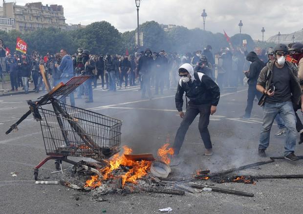 Parigi brucia, 40 feriti e 58 fermi tra i casseur. Teppisti e black bloc all'opera