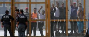 Migranti, violenta aggressione al Cara di Foggia: arrestati tre nigeriani