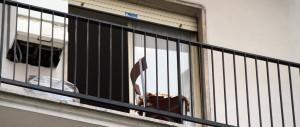 Dimentica le chiavi in casa: passa dal balcone e precipita dal terzo piano