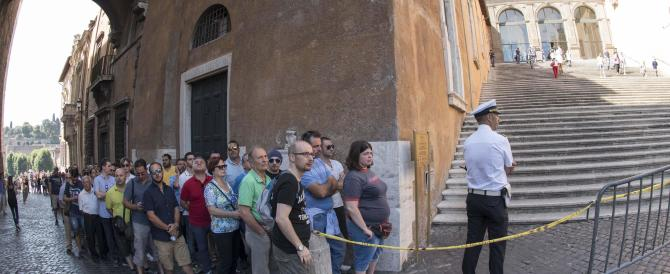 Bud Spencer, tante persone in fila alla camera ardente in Campidoglio