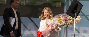 Giorgia Meloni a Tor Bella Monaca tra selfie e cori d'incoraggiamento (video)