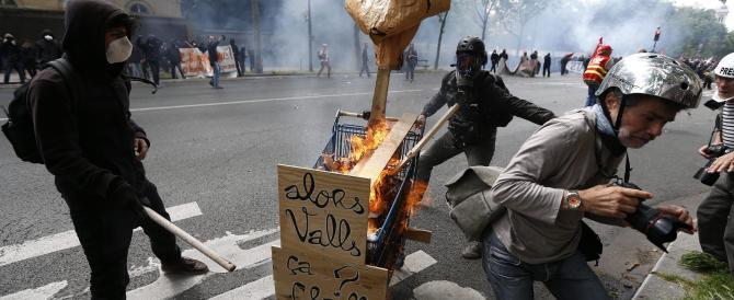 Parigi sopraffatta dalle proteste. Il video degli scontri con la polizia
