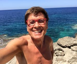 Gianni Morandi tutto nudo in spiaggia: ecco il selfie da Lampedusa (Foto)
