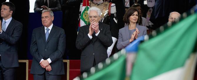 2 giugno, la gente urla a Renzi: «Vogliamo i marò in piazza» (video)