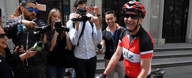 Parisi ha votato dopo aver percorso 60 chilometri in bicicletta
