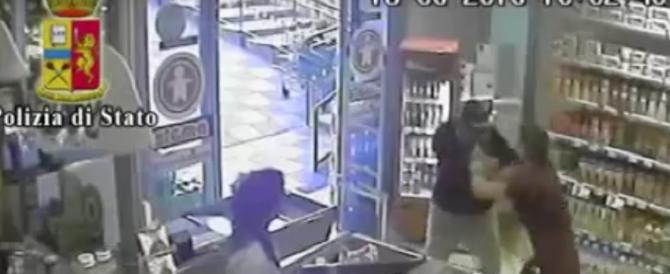 Poliziotto fuori servizio e disarmato sventa rapina a Napoli (VIDEO)