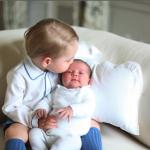 Il piccolo George e la neonata Charlotte, immortalati insieme dalla madre. (Foto Twitter)