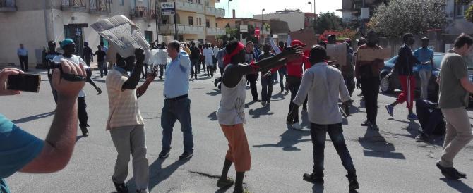 Protesta finita, i migranti tornano in tendopoli: ma i problemi restano sul campo