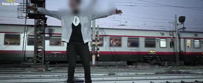 Milano, 4 rappers ballano sui binari schivando i treni in arrivo: denunciati