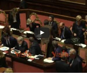 Renzi arriva nell'aula di Palazzo Madama con la Boschi (ecco il video)