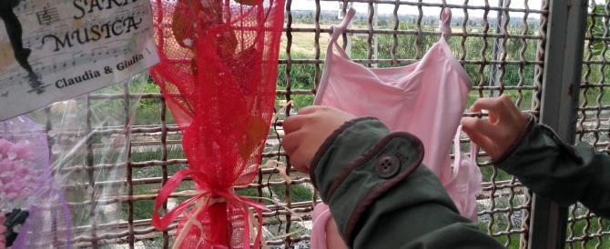 Femminicidi, diventa virale l'appello: esponete qualcosa di rosso alle finestre