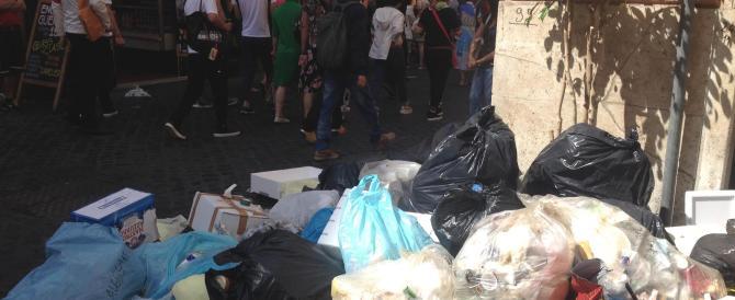 Città sporche e cassonetti stracolmi: a Roma centro storico invaso dai rifiuti