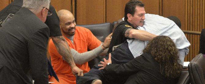 Il serial killer ride davanti al papà di una vittima: ecco la reazione (VIDEO)