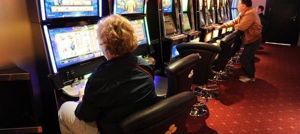 «Dammi i soldi per giocare». Cinese frusta la moglie che glieli nega: preso