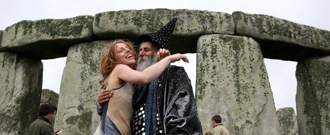 Le bizzarrie del solstizio: dai soliti hippy di Stonehenge alla carne di cane