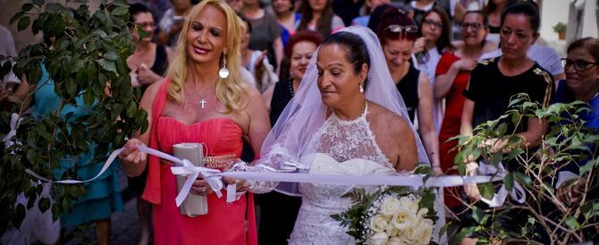 A Napoli va in scena la farsa del primo matrimonio di un trans (foto gallery)