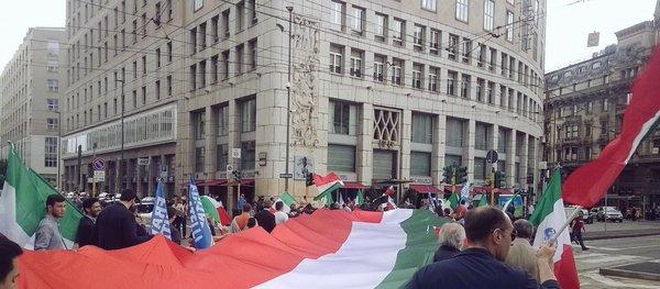 Milano, tricolore di 35 metri per la chiusura della campagna di FdI