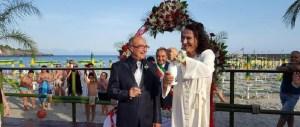 """Unioni gay: attore e camionista si """"sposano"""" sulla spiaggia nel Cilento"""