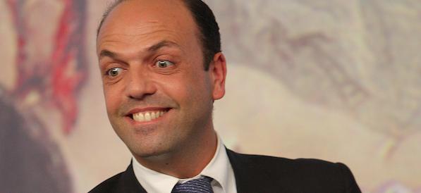 Angelino Alfano al guinzaglio di Renzi: e schiera i suoi per il Sì al referendum