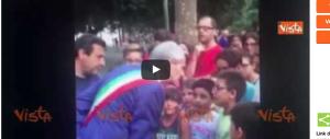 «Sei stato bocciato, sei scemo»: il sindaco fa piangere un bambino (Video)