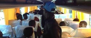 Migranti barricati sul pullman minacciano gli operatori della Caritas