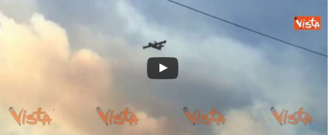 Grave incendio sul Vesuvio, Canadair tenta  di domare le fiamme (video)