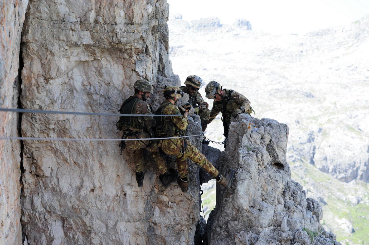 Così l Esercito si addestra fra ascensioni e tecniche di soccorso  (fotogallery) d2e85939a615