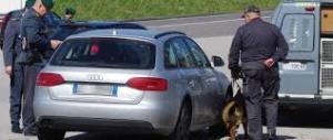 Falso cieco guidava tranquillamente l'auto: ecco il video che lo smaschera