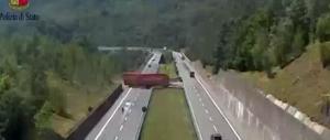 Fa inversione di marcia in autostrada, denunciato camionista romeno (Video)