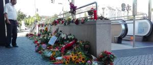 Domenica di dolore a Monaco: tutti in fila, silenziosi, per omaggiare i morti