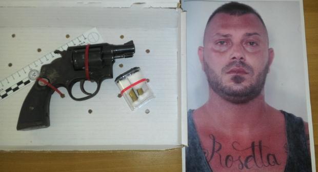 Pescara, pluripregiudicato gambizza a colpi di pistola la madre dei suoi 6 figli