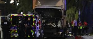 Un camion sfonda l'isola pedonale: spari tra la folla, oltre 80 morti a Nizza