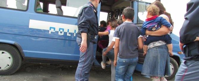 Vandalismo e furti all'Isola D'Elba: il sindaco sgombera 33 rom. È bufera