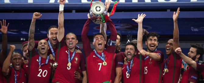 Europei, bimbo portoghese consola il tifoso della Francia in lacrime (video)