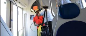Immigrato senza biglietto accusa di razzismo il controllore (Video)