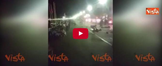Il camion irrompe nell'area pedonale del lungomare di Nizza: la strage ha inizio (VIDEO)