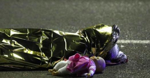 La foto-simbolo ci racconta il dramma dei bimbi innocenti travolti all'odio