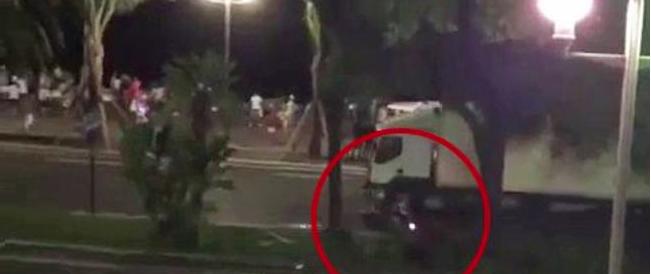 È vivo l'eroe in scooter che inseguì il terrorista di Nizza: «L'ho preso a pugni»