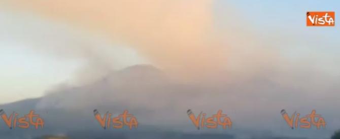Vesuvio in fiamme, cenere e fumo sulle case come durante l'eruzione  (video)