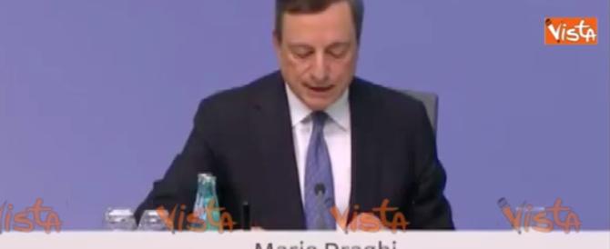 Draghi non tocca i tassi ma apre un paracadute per le banche (video)