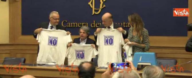 """Forza Italia presenta le magliette per dire """"no"""" al referendum (video)"""
