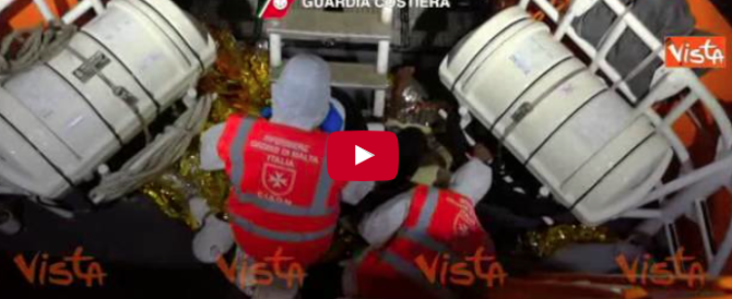 Continua l'arrembaggio dei migranti: ecco l'ultimo salvataggio (video)