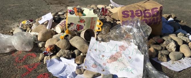 Un minuto di silenzio a Nizza: fiori per le vittime, spazzatura per il carnefice