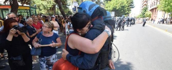 Ilva di Taranto: una foto commuove il web. Manifestante abbraccia l'agente