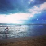 Il bomber della Fiorentina fa surf. (Foto Instagram)