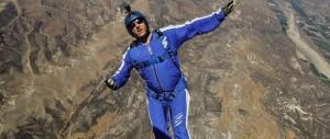 Record estremi, da 7000 metri si lancia senza paracadute su una grande rete