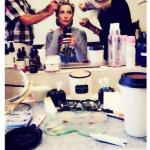 Al trucco e parrucco. (Foto Instagram)